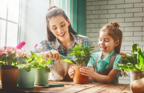 Кормим кукол, сажаем цветы, гуляем скошкой: как организовать досуг ребенку-инвалиду насамоизоляции