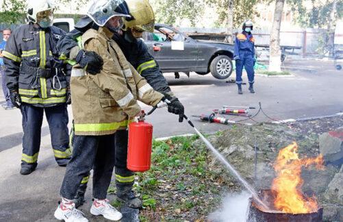 Подростки научились тушить огонь испасать утопающих