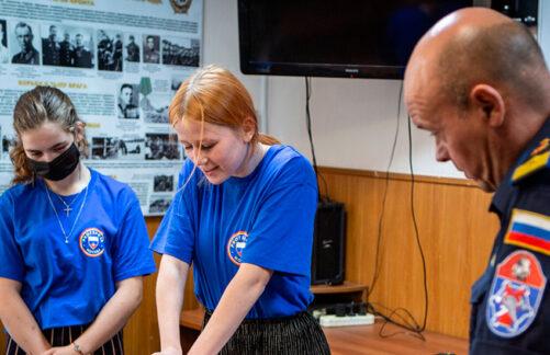 Герои без плащей: московские школьники познакомились сработой пожарных испасателей